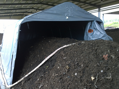 Emission measurement on a triangular rent for the post-composting of fermentation residues of a biowaste fermentation plant (Source: Torsten Reinelt, DBFZ)